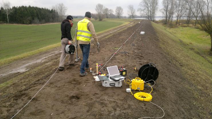 GeoSpectrum - Badania sejsmiczne MASW 2D dla weryfikacji położenia, ciągłości oraz głębokości spągu zakrytej przesłony DSM w modernizowanym wale przeciwpowodziowym