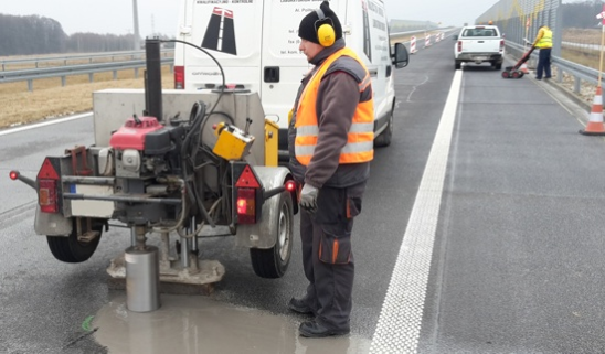 GeoSpectrum - Wiercenie mechaniczne w warstwach nawierzchni autostrady wykonywane w miejscach stwierdzonych usterek